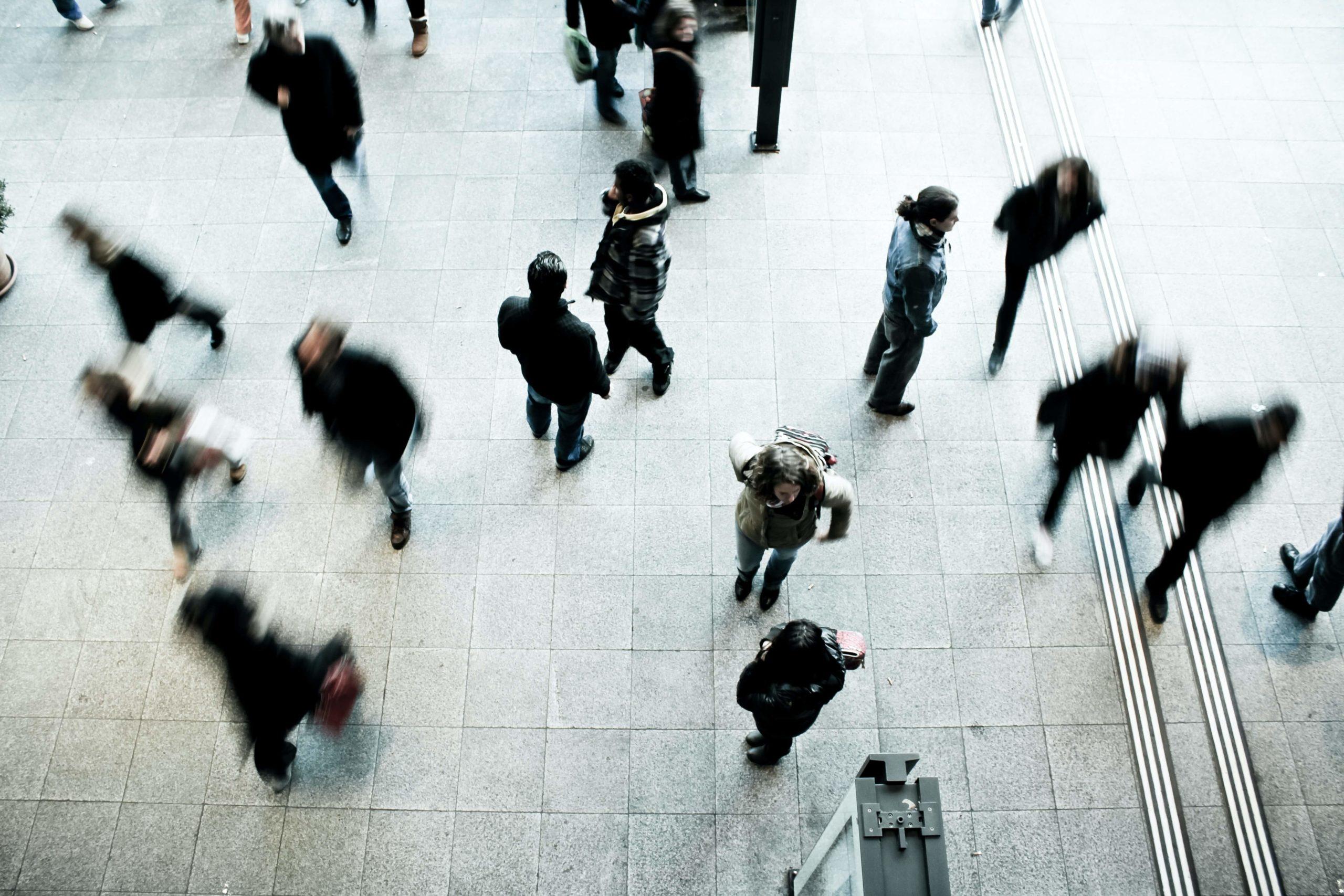 se sentir seul et effrayé face à la foule