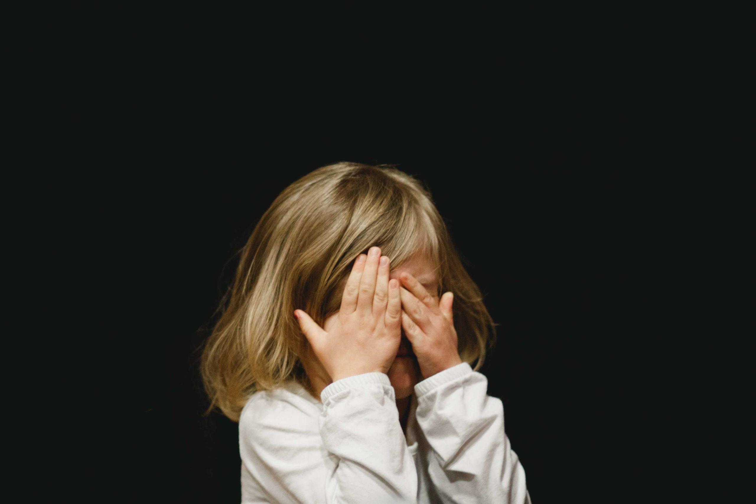 enfant hypersensible et anxieuse qui se cache