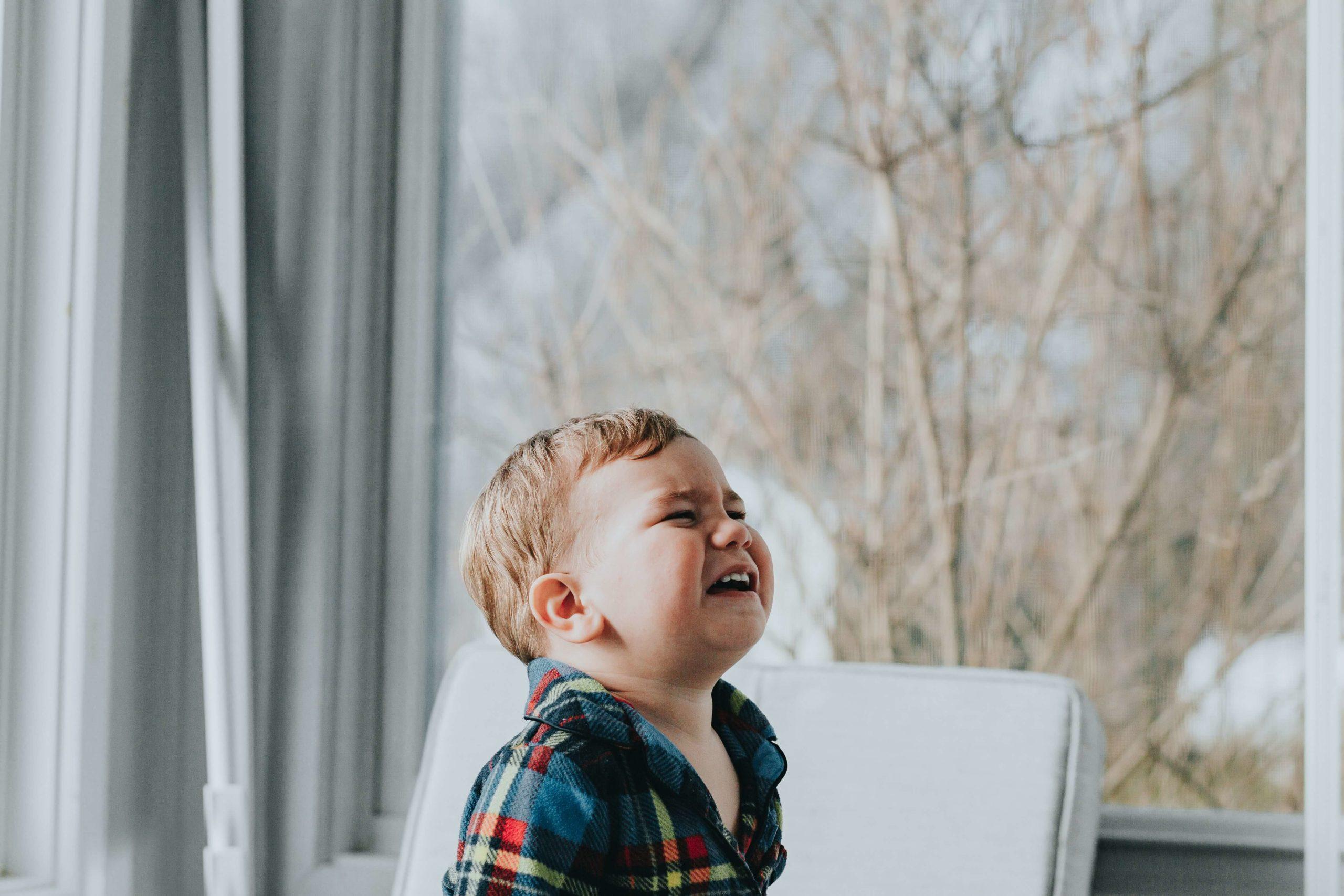 un enfant pleure car il est fatigué
