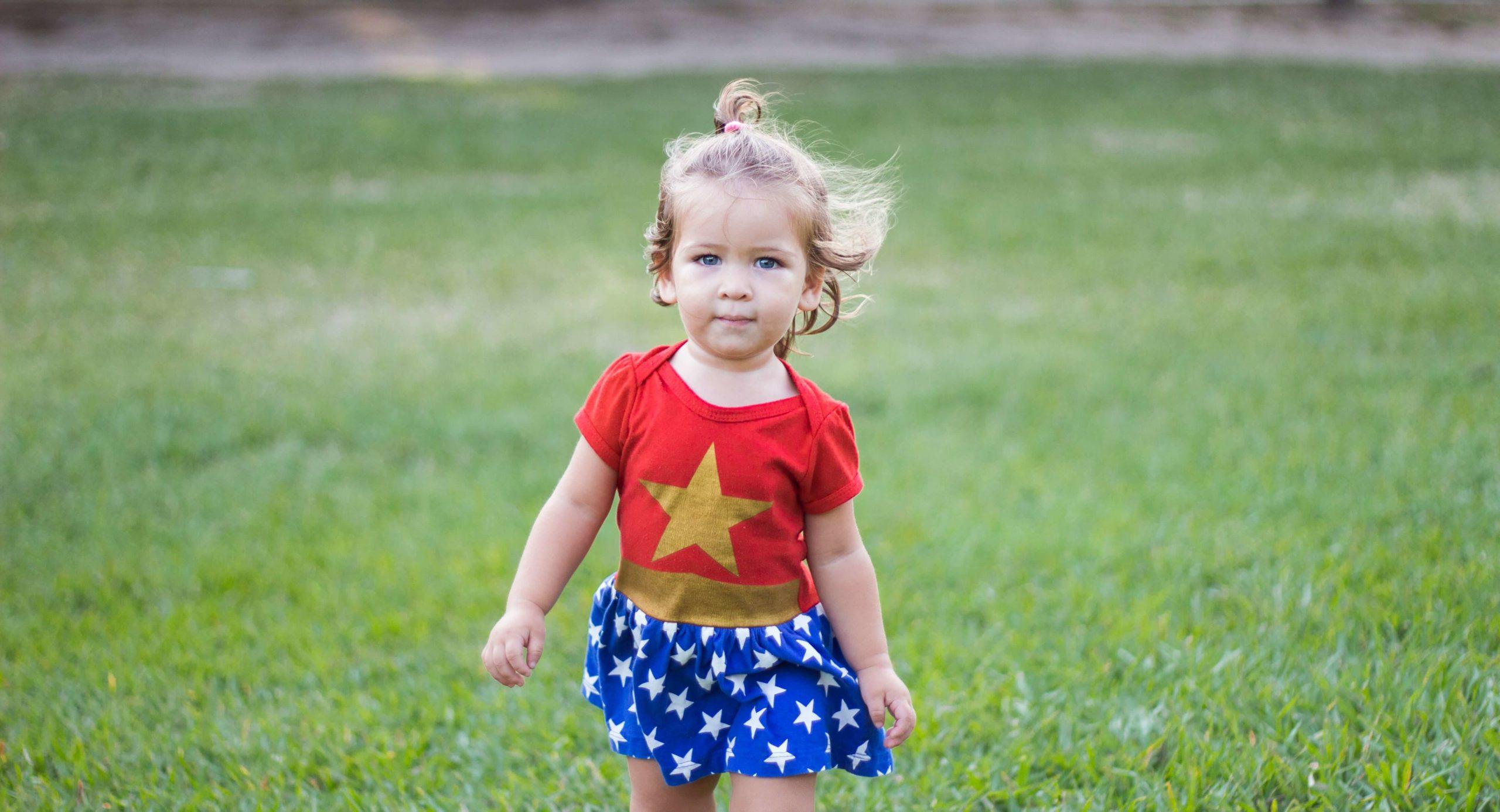 petite fille déguisée en wonderwoman